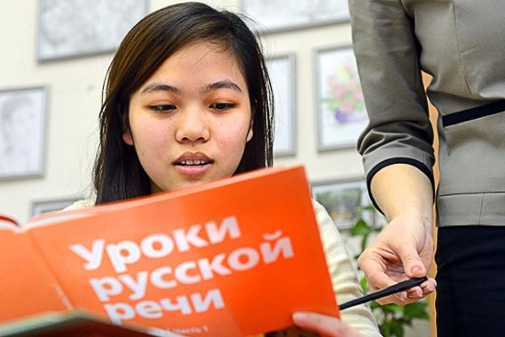 """""""Кабар"""" маалымат агенттиги: орус тилин расмий статустан ажыратуунун артында эмне бар"""