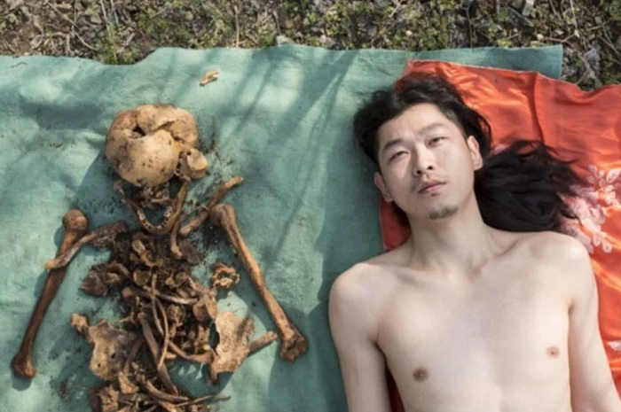 Фотограф каза болгон атасынын сөөктөрү менен фотосессия жасады