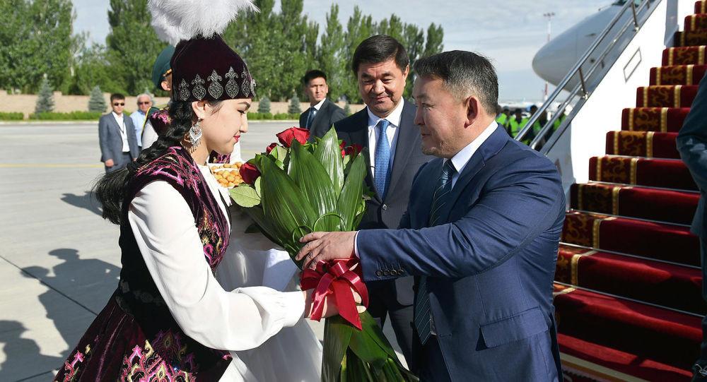 Бишкекке келген Монголиянын президентин кызыл гүл менен тосуп алышты.
