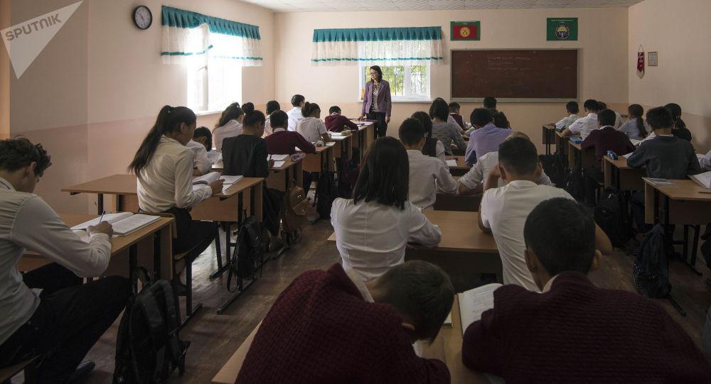 Окуучуларды 11-класска чейин окууга милдеттендирген мыйзам кабыл алынды