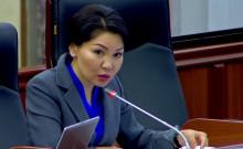 Эльвира Сурабалдиева кезексиз жыйында сүйлөгөндө депутаттар чыга качты. Видео