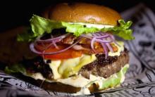 Аял жеп жаткан гамбургердин ичинен адамдын манжасы чыкты